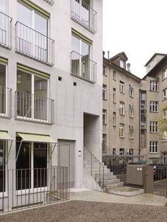 KilgaPopp Architekten - Wohnhaus Neumarkt 5 (2014) Winterthur, Austria Winterthur, Concrete Facade, Interesting Buildings, Stair Railing, Facade Architecture, Built Environment, Window Design, Entrance, House Plans