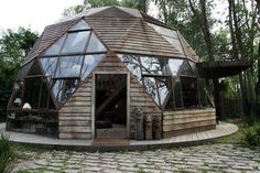 Beautiful Dome home located in Brazil. Eco Construction, Geodesic Dome Homes, Dome House, Round House, Earthship, Cabins In The Woods, Interior Exterior, Design Case, Design Design