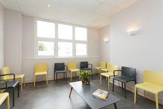 Architecture – Cabinet médical par l'Agence 19 DEGRES à Rennes, Caroline Ablain Photographe. Salle d'attente, chaises jaunes et noires