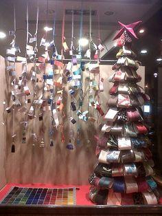 Escaparate de Navidad 2012 de Decoración Julio Aristin, comercio CiB Christmas Deco, Christmas Tree, Christmas Displays, Store Windows, Paper Flowers, Holiday Decor, Glass, Projects, Design