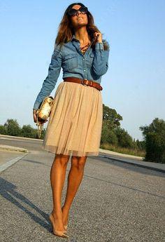 Нежная бежевая юбка, туфли ей в тон и джинсовая рубашка