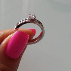 Diseños en los que predomina la delicadeza. Diamante Blanco de 0.25k 2 Diamantes de 2 puntos engastados en carré Oro blanco 18k #fb #tw #pin #diamond #gold #ring #love #forever #engaged #fashion  #engagement #design #anillo #oro