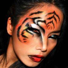 coole-frau-mit-einem-sexy-tiger-schminken
