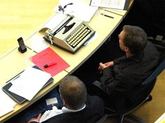 El Partido Pirata se lleva la máquina de escribir al parlamento como protesta por la prohibición de usar portátiles / Daniel Civantos @la_informacion | #technology