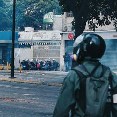Por @regulogomez -  Ellos los que se encuentran al fondo con las manos alzadas de casco blanco con cruz verde son @primeroauxiliosucv  Personalmente los he visto en todas las protestas ocurridas desde el mes de abril. Su labor: ayudar al que lo necesite (aunque suene simple es heroica). He visto como prestan sus servicios tanto a los manifestantes como a los mismos PNB/GNB. El día de ayer fueron agredidos de forma directa por efectivos de los cuerpo de seguridad del estado al igual que…