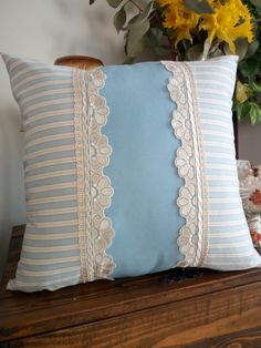 Domy Creazioni di Stile Bow Pillows, Sewing Pillows, Cushion Cover Designs, Cushion Covers, Craft Stick Crafts, Diy And Crafts, Cottage Cushions, Pillow Crafts, Guest Room Decor