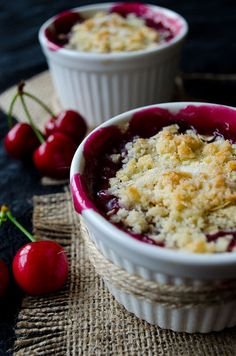 Cherry crisp is the shortcut version of cherry pie. Very easy to make! Fresh cherries are used in this recipe (very easy desserts) Easy Summer Desserts, Fun Desserts, Delicious Desserts, Yummy Food, Cherry Desserts, Cherry Recipes, Fruit Recipes, Sweet Recipes, Gourmet