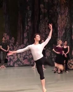 Ballet Dance Videos, Dance Tips, Dance Choreography Videos, Dance Poses, Ballet Pictures, Dance Pictures, Dance Stretches, Male Ballet Dancers, People Dancing