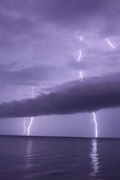 Lightning clouds, tones of purple. Nuages de foudre, les tons de violet.