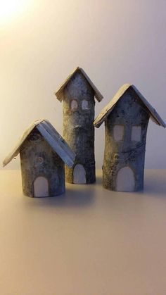 Tris of houses made with salvaged wood pieces. The height ranges from 10 to 20 cm. Beautiful Christmas decoration to use as a centerpiece, under the tree or as a ornament.