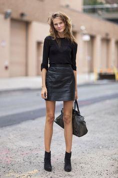 Look all balck, todo preto, blua de manga, saia de couro, ankle boot, botinha