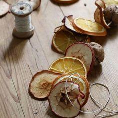 Está hermosa guirnalda de rodajas de frutas secas como naranja, manzana, pera y limón, es un adorno creativo y alegre para que decores tu #finca en esta #Navidad