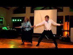 Él quería bailar con su madre el vals de bodas. Pero ella tenía en mente algo mejor