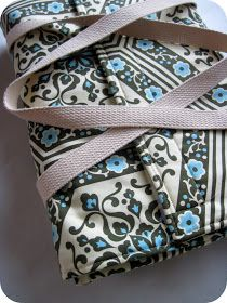 You saw a peek of this bag on my oven mitts post  and a few of you guessed correctly ... it is a casserole carrier. Long live the Pot-Luck!...