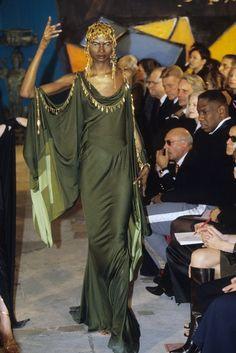 John Galliano Fall 1997 Ready-to-Wear Fashion Show Collection John Galliano, Galliano Dior, Vintage Fashion 1950s, Victorian Fashion, Vintage Dior, Vintage Hats, Runway Fashion, High Fashion, Fashion Show