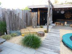 Van verticale ronde palen is een muurtje gemaakt voor de buitendouche. Dutch Gardens, Caravan Makeover, Garden Makeover, Backyard, Patio, Beach Look, Blue Box, New Homes, Home And Garden