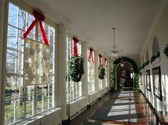 décoration des fenêtres avec des couronnes de Noël