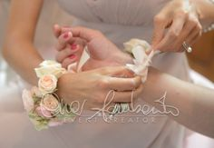 Il braccialetto floreale per le damigelle d'onore è senza dubbio un dettaglio irrinunciabile in un matrimonio nel quale la sposa abbia desiderato avere accanto a se le amiche del cuore a fare da damigella.
