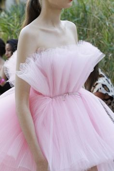 See detail photos for Giambattista Valli Fall 2017 Couture collection.