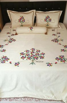 Embroidered bedspreads – Home Decorating Hand Embroidery Videos, Embroidery Flowers Pattern, Hand Embroidery Stitches, Hand Embroidery Designs, Bed Sheet Painting Design, Fabric Painting, Bed Cover Design, Designer Bed Sheets, Patchwork Quilt
