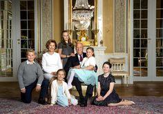 Koning Harold en Koningin Sonja met hun kleinkinderen :Ingrid, Sverre, Leah, Maud en Emma