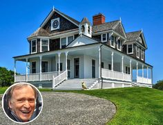 Dick Cavett's Shingle-Style Summer Cottage in Montauk - Hooked on Houses Stanford White, Park In New York, New Homeowner, Hollywood Hills, Indoor Outdoor Living, Cottage Design, Celebrity Houses, Cozy Cottage, Beautiful Homes
