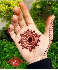 Mehndi henna designs are searchable by Pakistani women and girls.Women, girls and also kids apply henna on their hands, feet and also on neck to look more gorgeous and traditional. Palm Henna Designs, Round Mehndi Design, Palm Mehndi Design, Henna Tattoo Designs Simple, Finger Henna Designs, Mehndi Designs Book, Modern Mehndi Designs, Mehndi Design Pictures, Mehndi Designs For Beginners