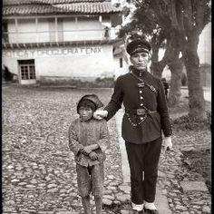Martín Chambi - Chicucha y policía. Cuzco, 1924