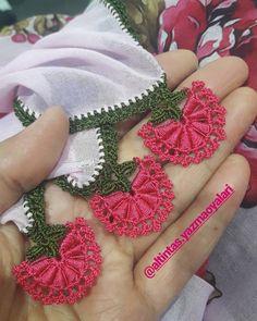 Görüntünün olası içeriği: yazı Elsa, Crochet Earrings, Pattern, Jewelry, Embellishments, Plays, Bullion Embroidery, Binder, Ponchos