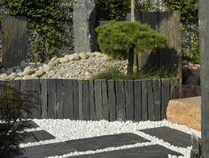 Les piquets en schiste sciées sont utilisés en brise vue, allée de jardin, bordure. Les deux bouts de chaque côtés sont droit et plus ou moins lisse.