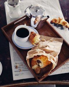 Sunday Brunch In Bed Ideas Coffee Break, Morning Coffee, Café Chocolate, French Chocolate, Breakfast Desayunos, Parisian Breakfast, Breakfast Croissant, Perfect Breakfast, Food Porn