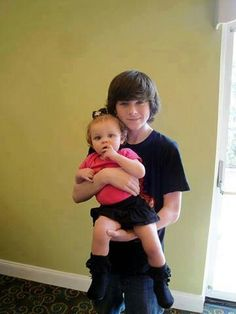 Chandler with a baby is just ADORABLE (I hope he is like that with our children. Not a stalker) Carl Grimes, Judith Grimes, Chandler Riggs, Walking Dead Funny, Fear The Walking Dead, Daryl And Rick, Katelyn Nacon, Gilbert Blythe, Great Tv Shows