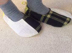 足の甲をすっぽりつつむスームシューズ。 3種の生地で作りました。黒黄格子は昔の布団生地。中はIKEAのポップな生地。サイズは23センチくらい。底は防水生地で、...|ハンドメイド、手作り、手仕事品の通販・販売・購入ならCreema。