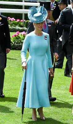 Sophia de Wessex Acto: Ascot 2016 (Reino Unido). Fecha: 15 de junio de 2016. 'Look': La Condesa de Wessex lució un vestido azul turquesa, de Emilia Wickstead, que combinó con un tocado al tono de Jane Taylor. Completó su estilismo con un 'clutch' y salones en bronce.