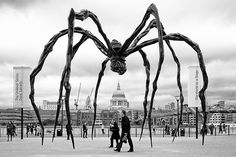 Maman is a sculpture by the artist Louise Bourgeois. It is amongst the world's largest, measuring over 30 feet high and over 33 feet . Louise Bourgeois Sculpture, Louise Bourgeois Maman, Art Public, Alberto Giacometti, 3d Fantasy, Monochrom, Jackson Pollock, Land Art, Bilbao