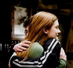 Ginny Weasley is a character in Harry Potter and the Half-Blood Prince played by Bonnie Wright (Photo Gina Harry Potter, Harry E Gina, Harry Potter Couples, Harry Potter Ginny Weasley, Gina Weasley, Harry And Ginny, Harry Potter Pictures, Harry Potter Universal, Harry Potter Fandom