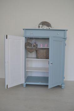Brocante meidenkast in zacht pastel blauw *OP AANVRAAG*