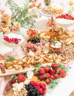 Galentine is for girls: how to host a party in pink gold + Blush-Hued! - Green wedding shoes - Ideas for Valentines Day Grown Up Parties, Hallowen Food, Brunch Table, Tea Party Decorations, Baby Shower, Bridal Shower, Grazing Tables, Valentines Food, Green Wedding Shoes