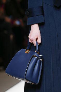BekleidungFendi-taschenSommeroutfits Für Die ArbeitStoff TaschenSchöne TaschenKapsel KleiderschrankLuxus HandtaschenKleiderbügelStyling Tipps.