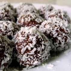 You can substitute peanut butter for almond butter in this healthy treat. Almond Butter Chocolate Coconut Balls Recipe from Grandmothers Kitchen. Healthy Treats, Yummy Treats, Sweet Treats, Yummy Food, Coconut Balls, Coconut Protein, Grandmothers Kitchen, Date Recipes, Protein Bites