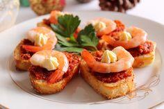 I crostini con patè di pomodori secchi, gamberi e maionese sono degli antipasti molto semplici da preparare ma di sicuro effetto. Ecco la ricetta