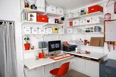 meuble bureau à domicile avec des étagères de rangement et chaise rouge