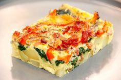 En virkelig lækker frittata opskrift, der er en italiensk æggekage med kartofler, spinat og bacon. Frittata smager godt når den er frisklavet og varm, men er også god når er kold. Foto: Madensverden.dk.