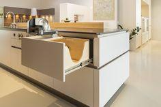 Die olina Brotlade ein verstecktes, praktisches Detail. Kitchen, Table, Furniture, Home Decor, Custom Kitchens, New Kitchen, Kitchen Contemporary, Home Kitchens, Cooking