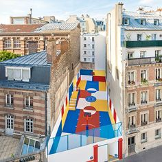 In Paris: a piece of Art and a real basket ball court that everyone can appreciate thanks to the collaboration between design firm Ill-Studio and French fashion brand Pigalle! Great Initiative!