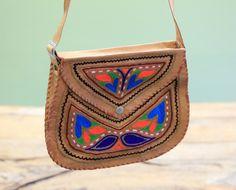Boho Tasche Indira ist Kamalla's Liebling! Die Umhängetasche Indira besteht aus Kamelleder ist mit traditionelle Mustern Thailands bestickt.