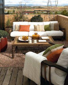kreative balkongestaltung - weißes sofa und grüne pflanzen