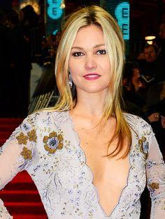 The 14 Winning Beauty Looks on the BAFTAs Red Carpet via @ByrdieBeauty Julie Bowen, Julia Stiles, Julia Roberts, Beautiful Actresses, Hulk Sketch, Hair Beauty, Beautiful Women, Celebrity, Hollywood