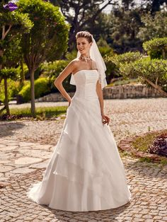 Riyad, collection de robes de mariée - Point Mariage http://www.pointmariage.com
