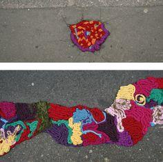 Chamado na gringa de Yarnbombing, essa técnica se baseia em intervenções urbanas com fios. Pode ser croche, bordado, lã, barbate, vale tudo para colorir as ruas e suas erosões.       Uma das artistas que mais se destacam nessa tecnica éJuliana Santacruz Herreras que tapa buracos nas ruas com sua arte.            ...